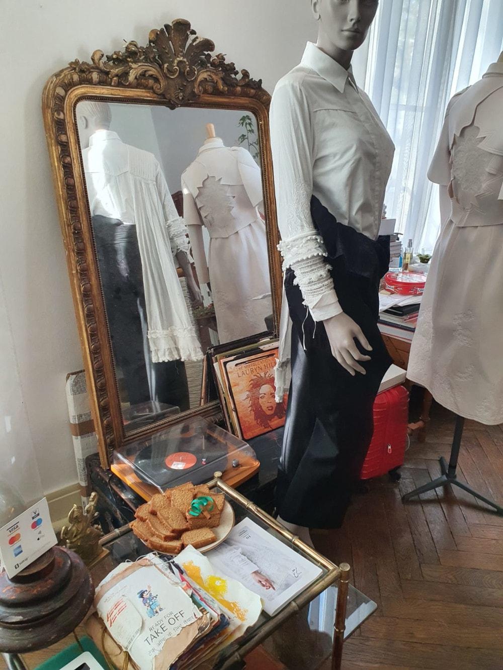 vêtement se reflétant dans le miroir